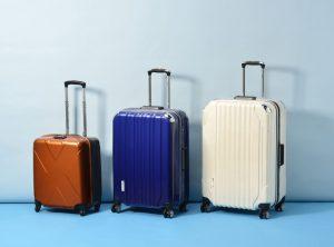 大きさと色の異なる3つのスーツケース