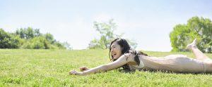芝生に寝転がる女性