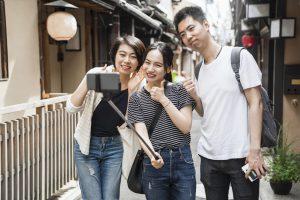 京都観光を楽しむアジア人