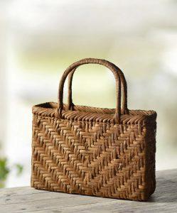 竹籠のバッグ