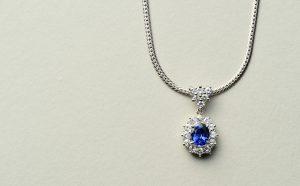 青い石のネックレス