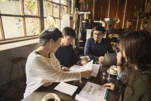 カフェでビジネスミーティングをする男女