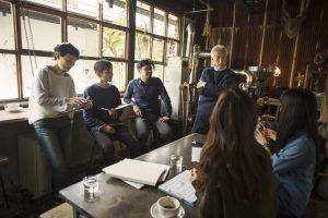 カフェでビジネスミーティング