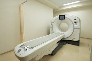 病院のCTスキャン機器