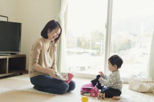 自宅でくつろぐ母親と赤ちゃん
