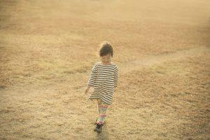 芝生をあるく女の子
