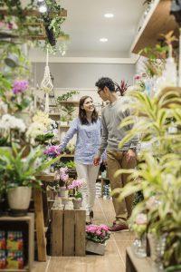花屋で買い物をする男女カップル