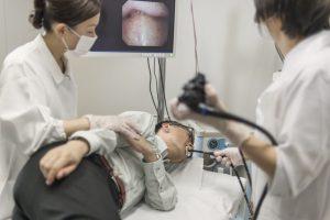 病院で胃カメラをする男性