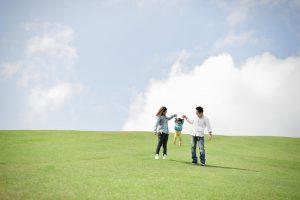 芝生で遊ぶ家族の写真