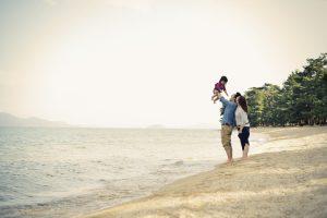 砂浜で遊ぶ家族の写真