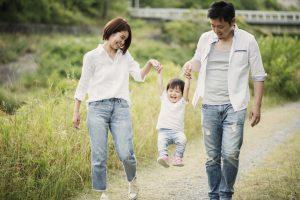 家族で仲良く散歩している