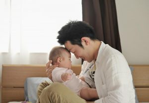 父親が赤ちゃんを抱いている