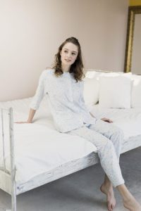 寝巻の衣装を着た女性モデル