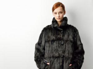 黒いコートを着た女性モデル