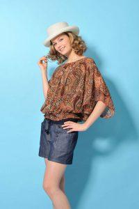 夏服を着た女性モデルの撮影