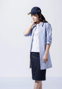 カジュアルな服を着た女性モデル