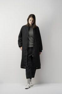 黒い服を着た女性モデル