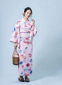ピンク色の浴衣を着た日本人女性モデル