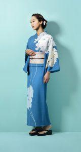 青い浴衣を着た日本人女性モデル