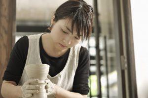 花瓶を作っている陶芸家の女性
