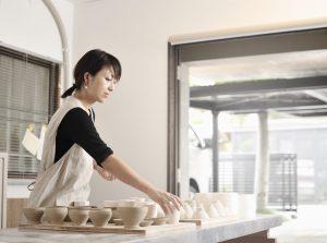 陶芸家の女性の写真