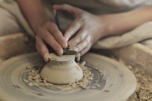 陶芸をしている女性の手