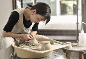 陶芸をしている陶芸家の女性