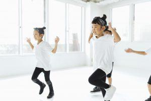 スタジオでダンスをする子供たち