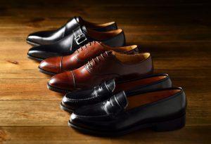 紳士用の革靴が並んでいる