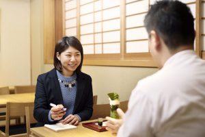 女性記者が甘味処のオーナーにインタビューをしている