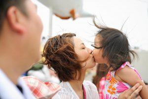母親と娘のキス
