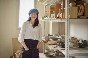 陶芸家の女性のポートレイト