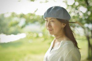 屋外で撮影した女性のポートレイト