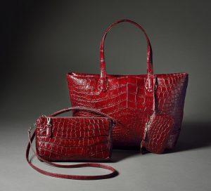 赤い革のバッグ
