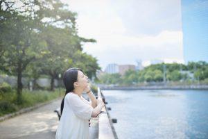 川辺でリラックスしている女性