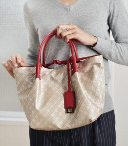 バッグを手に持つ女性