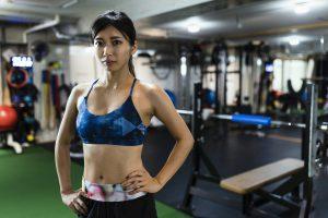 トレーニングジムで汗を流す女性