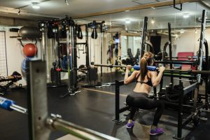 トレーニングジムで体を鍛える女性