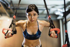 クロスフィットトレーニングをする女性