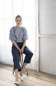 スツールに腰をかける女性モデル