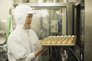 和菓子を作る女性