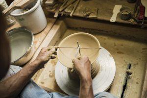 陶芸をする男性の手元