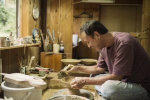 陶芸をする陶芸家