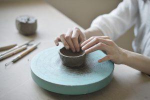てびねりをする陶芸家の女性