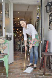 雑貨店で働く女性オーナー