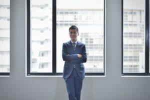 オフィスビルで働く男性ビジネスマン