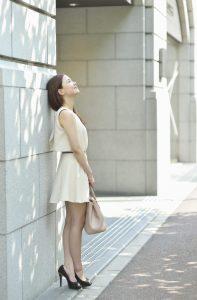 街で空を見上げる女性