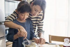 お菓子作りをする母親と娘