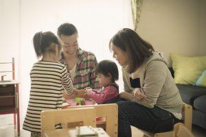 家でくつろぐ家族の写真
