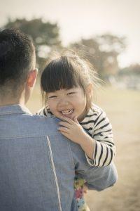 父親にだっこされる女の子